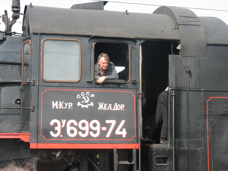 Фото паровоза с машинистом 3